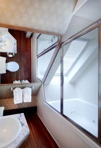 Cabernet Sauvignon - Bathroom